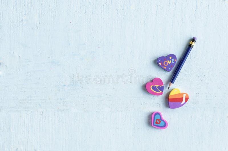 Różna gumka w formie serca z ołówkiem zdjęcia royalty free