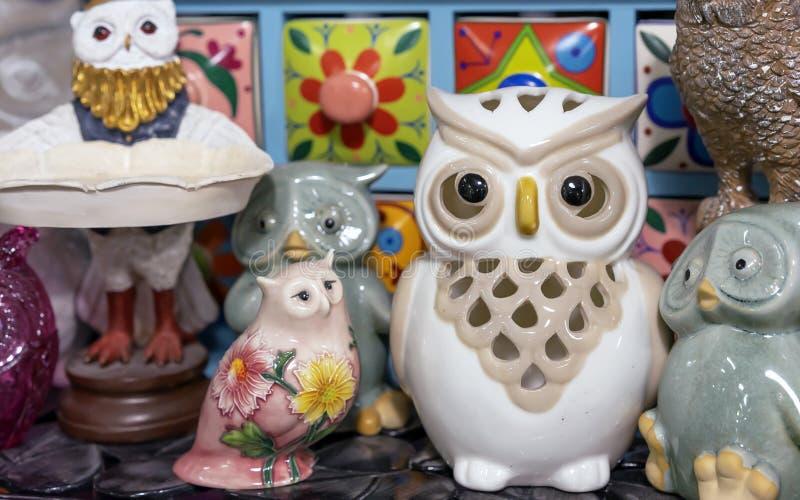 Różne figurki sowy w prezenta sklepie fotografia stock