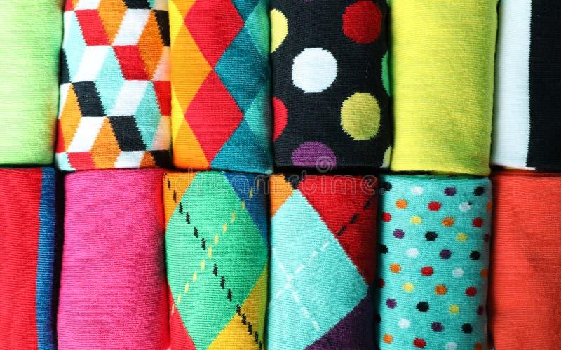 Różne kolorowe skarpety jako tło, zdjęcie royalty free