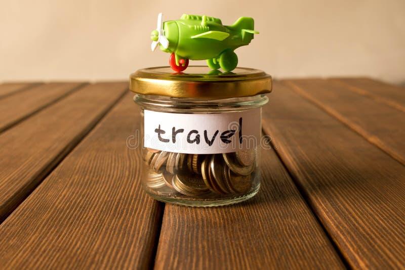 Różne monety w szklanym słoju Pojęcie podróży savings obraz stock