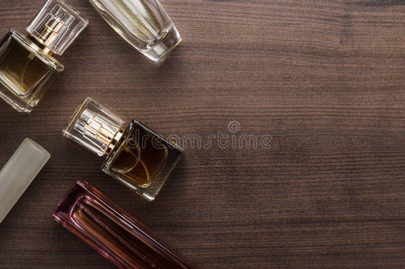 Różne pachnidło butelki na stole zdjęcie stock