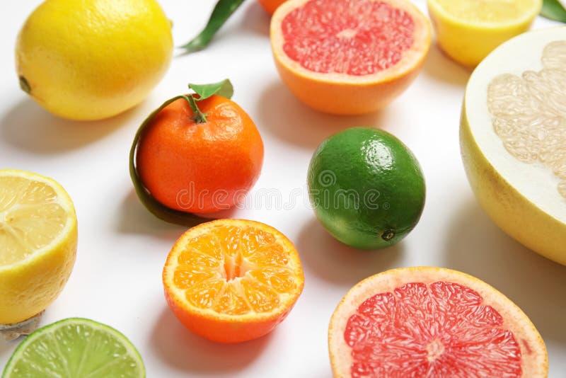 Różne soczyste cytrus owoc na białym tle zdjęcia stock
