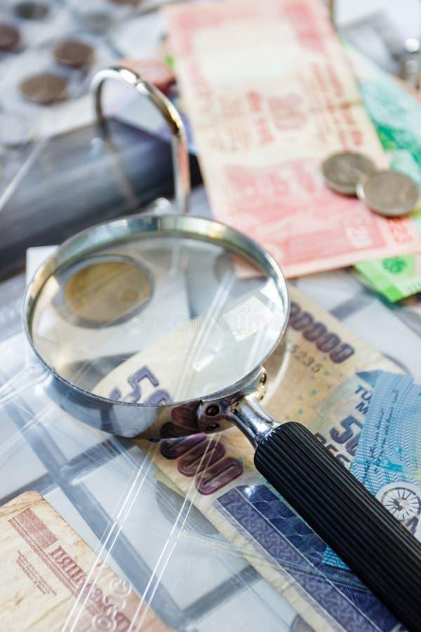 Różne stare poborca monety z powiększać - szkło, zamazany tło zdjęcia stock