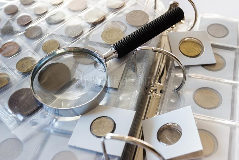 Różne stare poborca monety z powiększać - szkło, zamazany tło zdjęcia royalty free