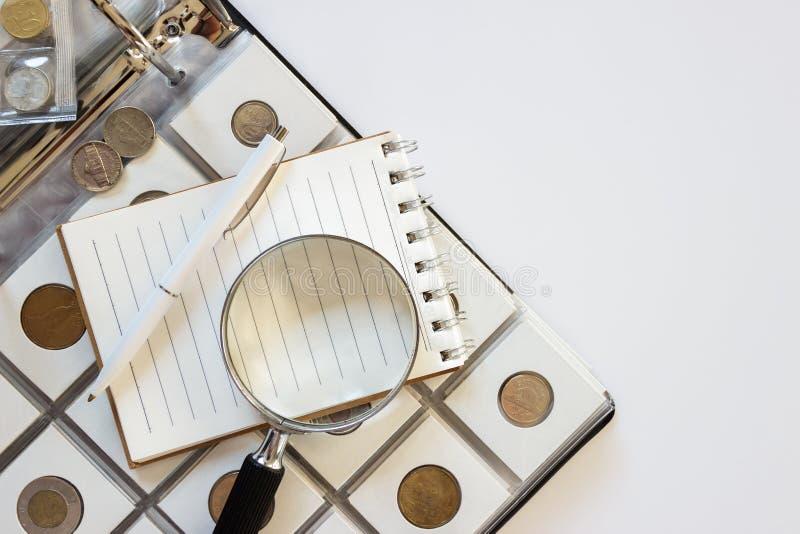 Różne stare poborca monety z powiększać - szkło, zamazany tło obrazy royalty free