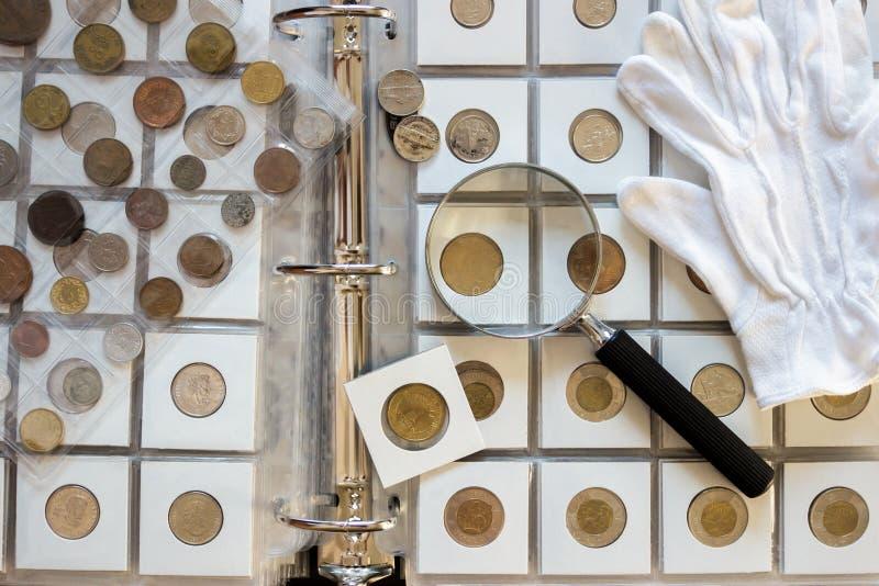 Różne stare poborca monety z powiększać - szkło, zamazany tło fotografia royalty free