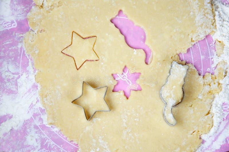 Różne surowe ciasto postacie dla wypiekowych ciastek obraz royalty free