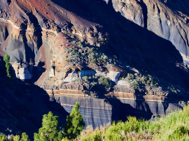 Różne warstwy powulkaniczni popióły na drodze od Teide Esperanza na Tenerife Tarta zdjęcie stock