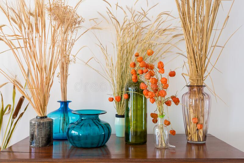 Różne wazony z suchymi roślinami na starej, starożytnej mahońskiej skrzyni szuflad fotografia stock