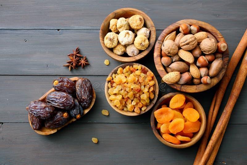 Różne wysuszone owoc i dokrętki w drewnianych pucharach obraz stock