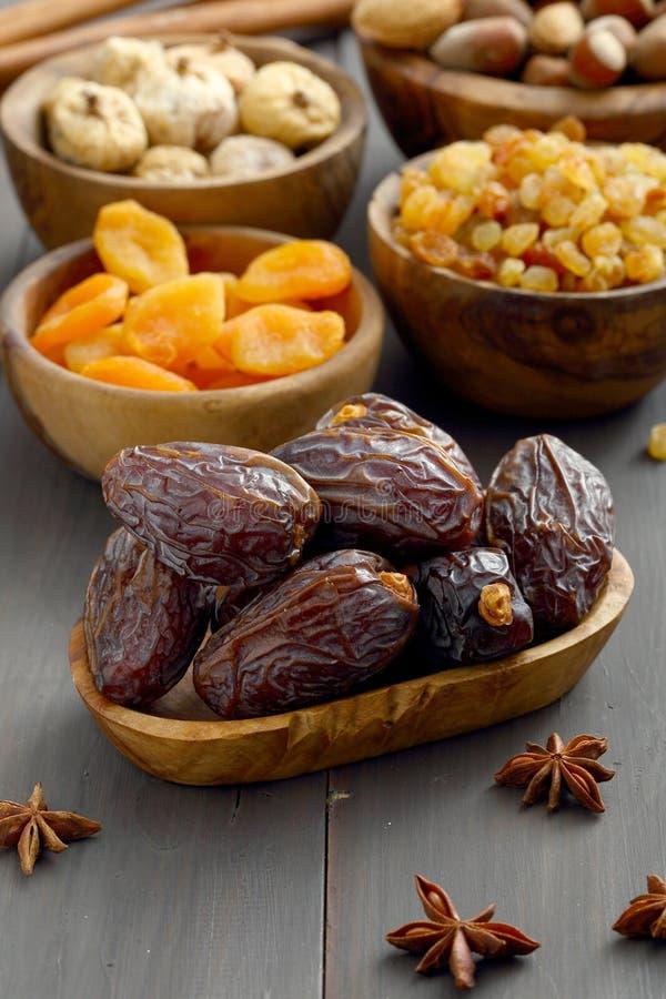 Różne wysuszone owoc i dokrętki w drewnianych pucharach zdjęcia stock