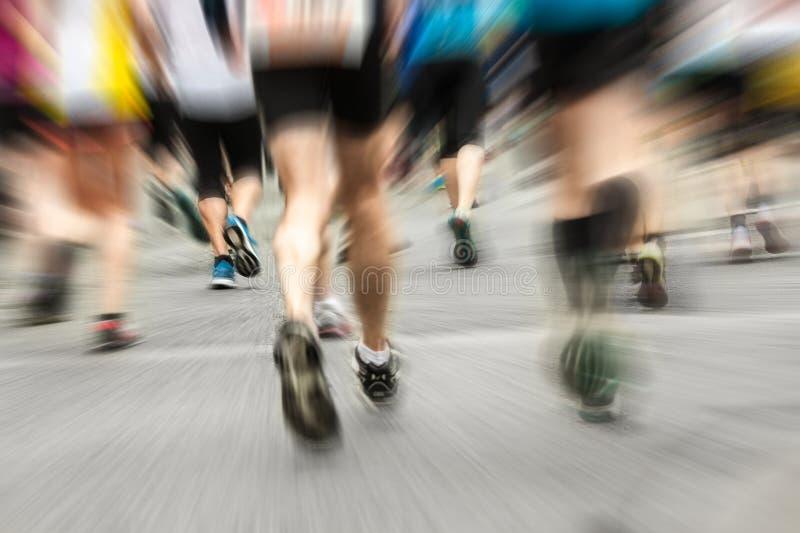 Różni biegacze przy maratonem od behind obraz stock