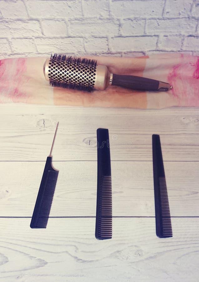 Różni fryzjerstw narzędzia kłamają na stole przy mistrzem w piękno salonie zdjęcie stock