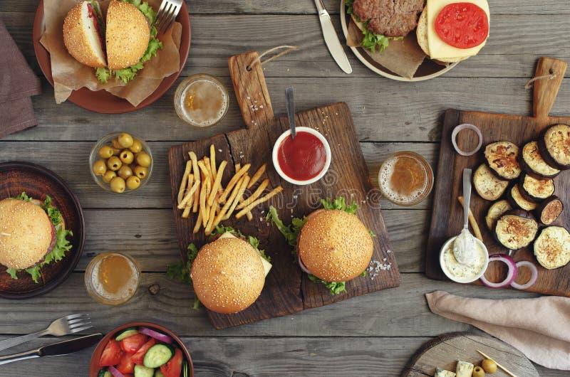 Różni hamburgery i piwo fotografia stock