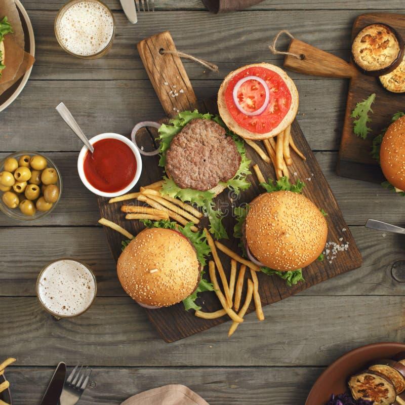 Różni hamburgery na drewnianym stole zdjęcie stock