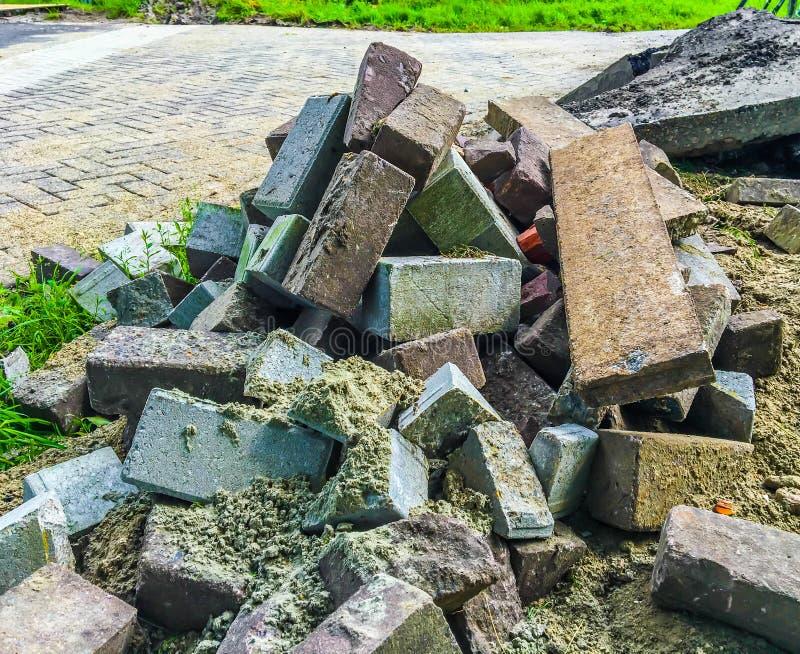 Różni kolory ceglani kamienie na stosie z piaskiem dla ulicznego brukowania fotografia royalty free
