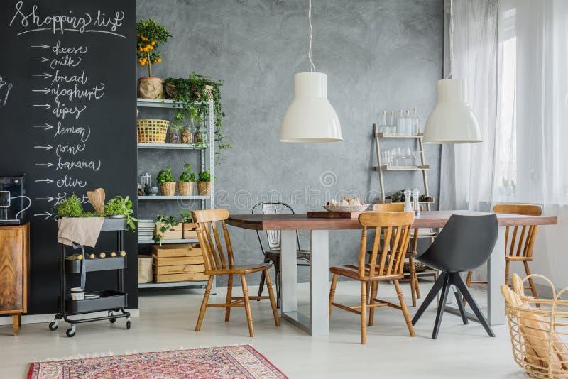 Różni krzesła i rodzina stół obraz stock