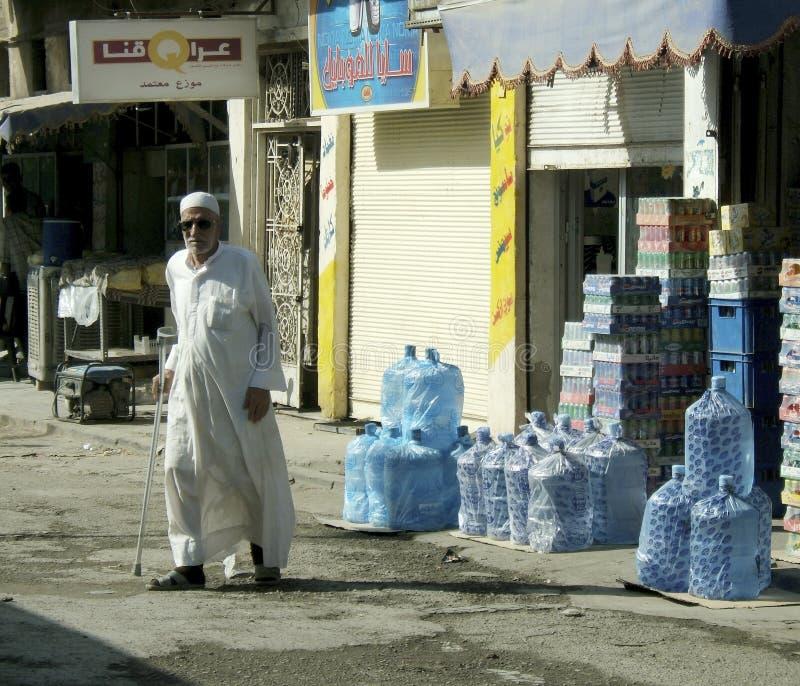 Różni muzułmańscy ludzie obchodzą się osobiste sprawy po konfliktu z wojskowym podczas godzin policyjnych zdjęcia stock