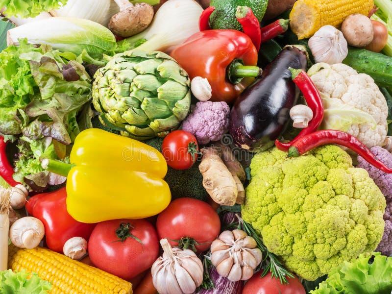 Różni organicznie warzywa Stubarwny karmowy tło obraz stock