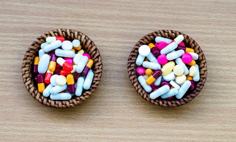 Różni pastylek pigułek kapsuły rozsypiska mieszanki terapii leki fabrykują grypę zdjęcie stock