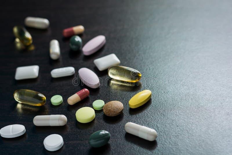 Różni pastylek pigułek kapsuły rozsypiska mieszanki terapii leki fabrykują grypę obrazy stock