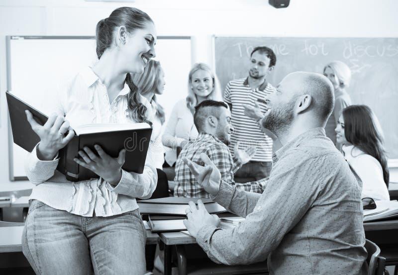 Różni pełnoletni ucznie podczas przerwy fotografia stock