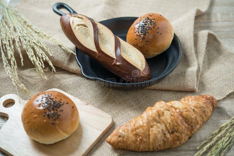 Różni rodzaje chleb w kuchni obraz stock