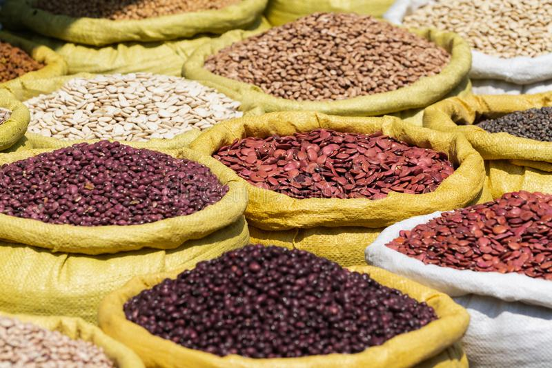 Różni rodzaje legumes fasole w masowych torbach na rynku w Yangon, Myanmar obrazy royalty free