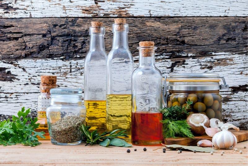 Różni rodzaje olej do smażenia, oliwa z oliwek olej, doprawiający i Sezamowy obrazy stock