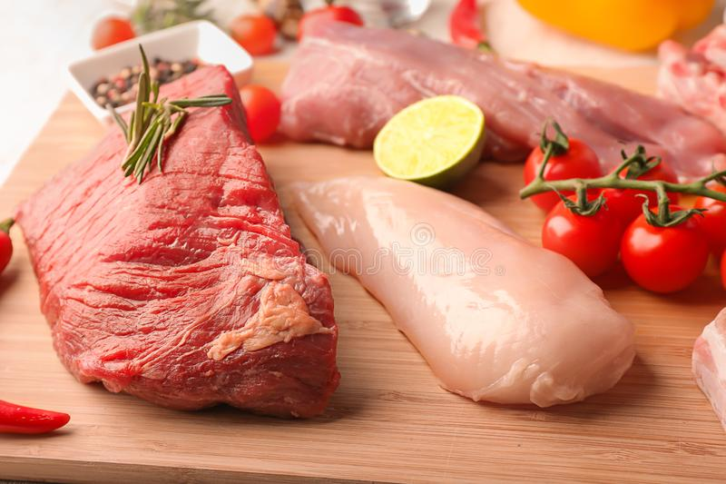 Różni rodzaje surowy mięso na drewnianej desce obraz royalty free
