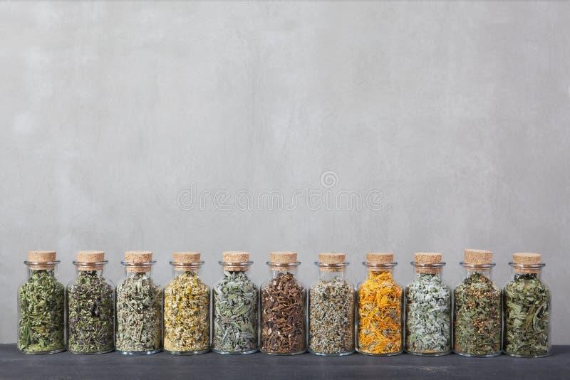 Różni rodzaje ziele dla herbaty wśrodku szklanych butelek fotografia royalty free