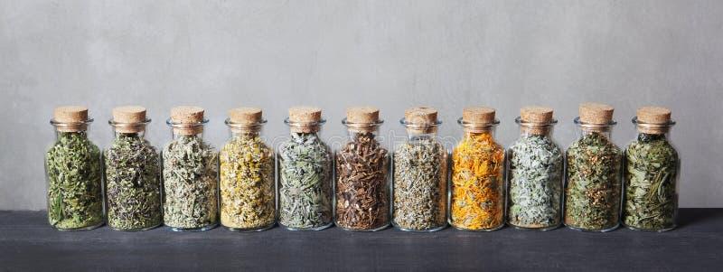 Różni rodzaje ziele dla herbaty wśrodku szklanych butelek zdjęcie stock