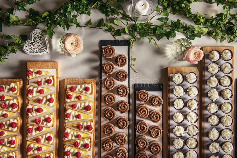 Różni typ cukierki deser na pokładzie, patisserie, zdrowi torty obrazy royalty free