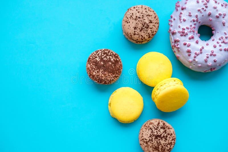 Różni typ macaroons, donuts na błękitnym cukierku tle Kolorowy i smakowity francuz Macarons na błękitnym tle wierzchołek fotografia royalty free