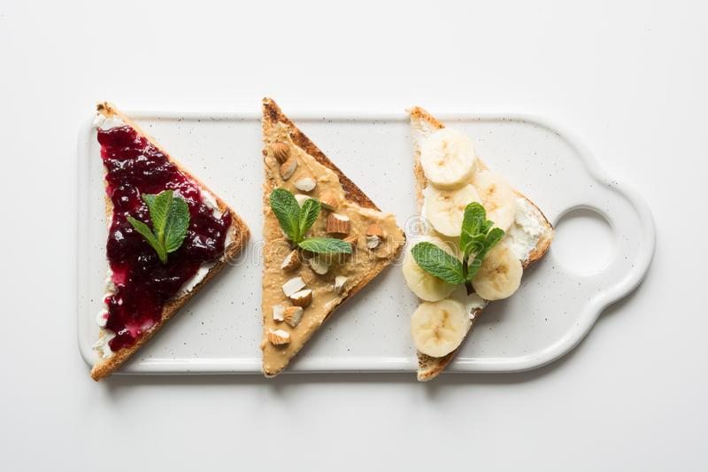 Różni typy kanapki dla zdrowego i bezpłatnego dziecka śniadania, dokrętki pasta, banany, jagodowy dżem fotografia royalty free