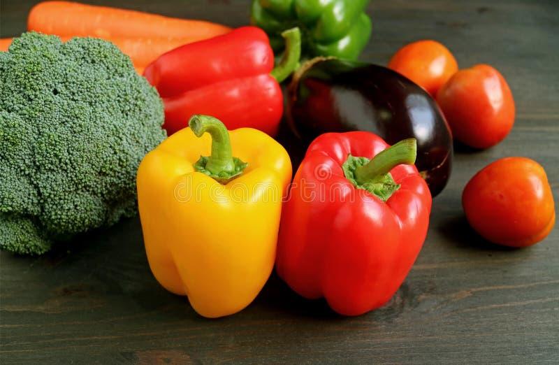 Różni typy kolorowi świezi warzywa na drewnianym stole obraz stock