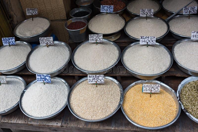 Różni typy ryż w pucharach dla sprzedaży na rolnikach wprowadzać na rynek w Wietnam obrazy royalty free