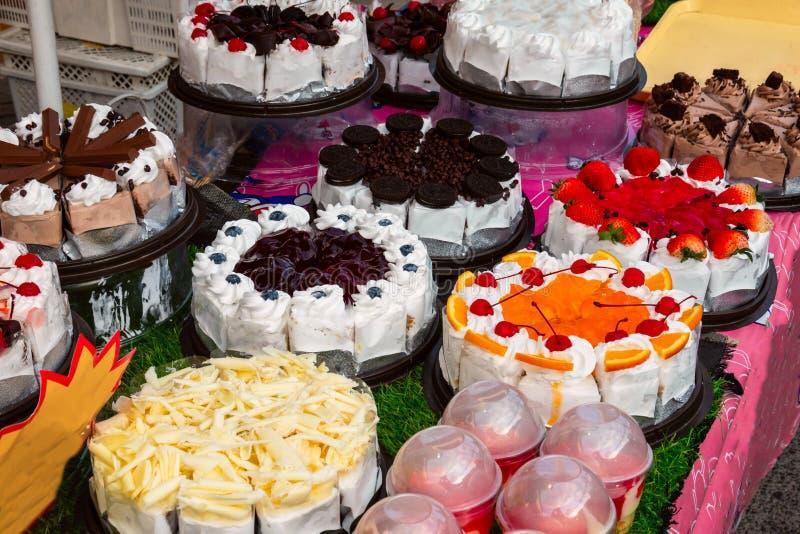 Różni typy torty w ciasto sklepu pokazie obrazy royalty free