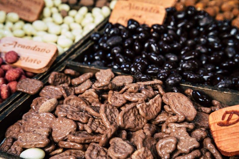 Różni ułożeni czekoladowi cukierki na sklepie obrazy stock