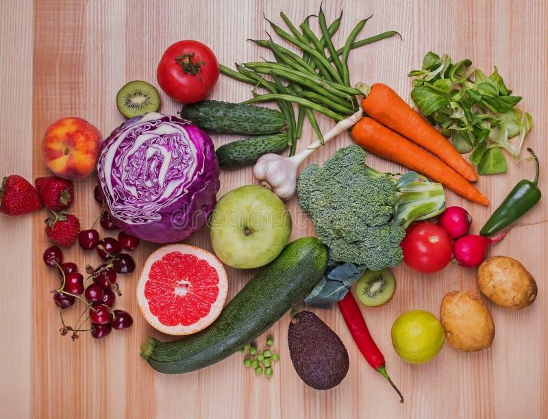 Różni warzywa i owoc na drewnianym stole zdjęcia stock