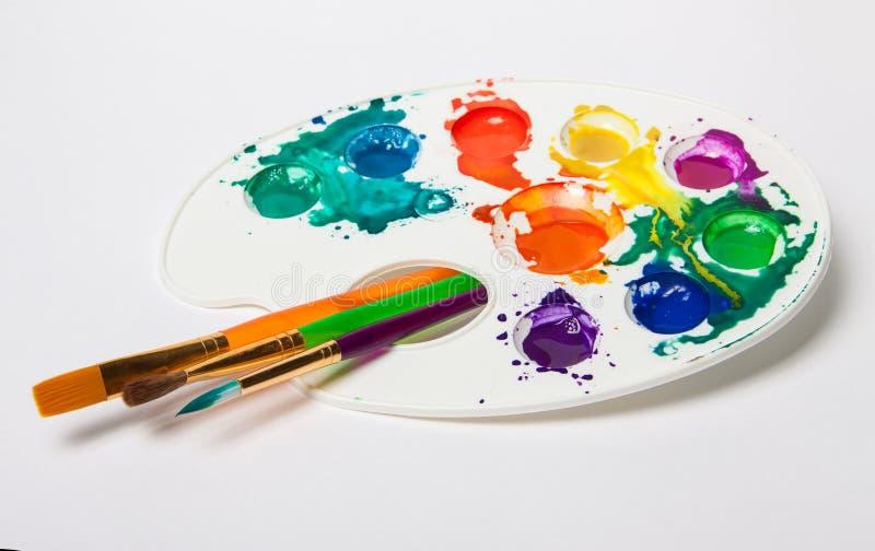 Różni wielkościowi farb muśnięcia i kolor paleta zdjęcia stock