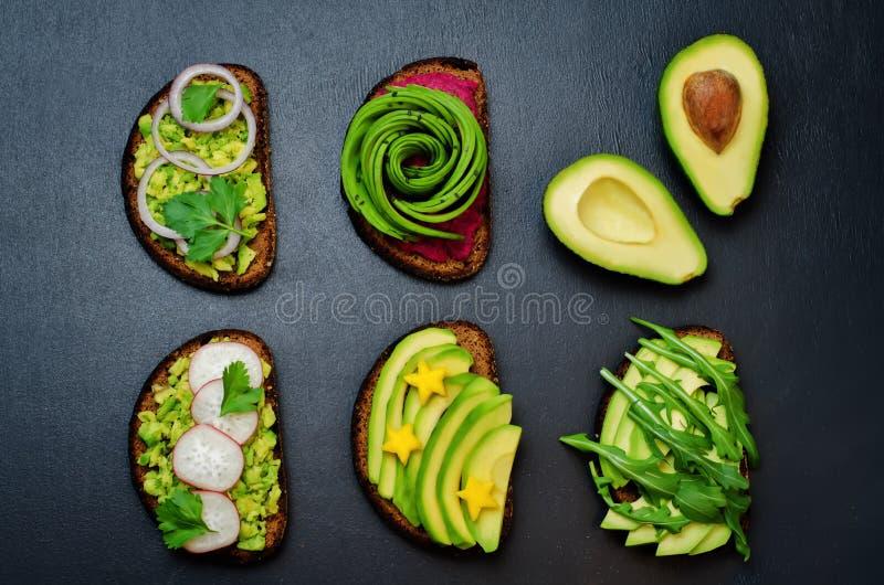 Różnica zdrowy żyta śniadanie ściska z avocado i t obraz royalty free