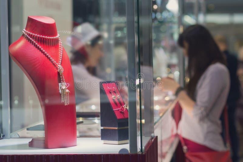 Różnorodna biżuteria w okno w sklepie jubilerskim fotografia stock