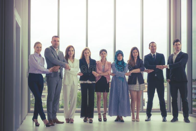 Różnorodna biznes drużyna stoi wpólnie fotografia royalty free