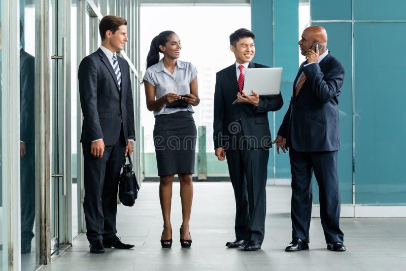 Różnorodna biznes drużyna w Azja przy budynkiem biurowym obraz stock