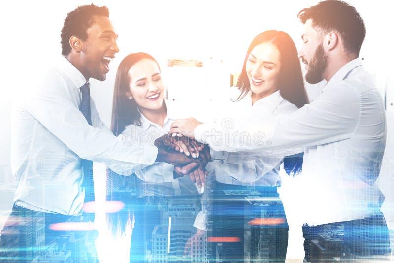 Różnorodna biznes drużyna w biurze tonującym zdjęcie royalty free