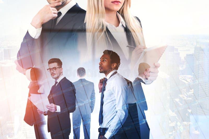 Różnorodna biznes drużyna w mieście, pracy zespołowej kopia ilustracji