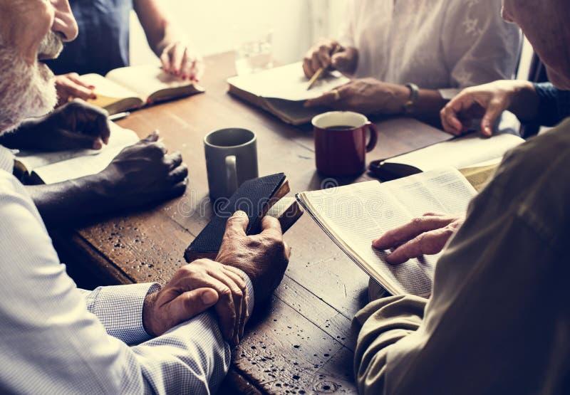 Różnorodna grupa chrześcijańska czytelnicza biblia zdjęcia royalty free
