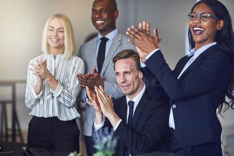 Różnorodna grupa uśmiechnięci biznesmeni klascze po biura fotografia stock
