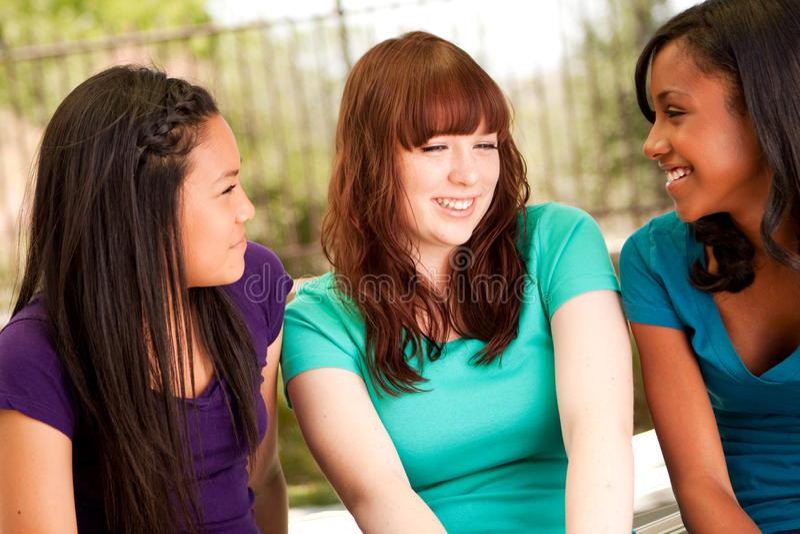 Różnorodna grupa wiek dojrzewania dziewczyn ono uśmiecha się zdjęcie stock